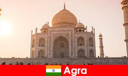Gli impressionanti complessi di palazzi di Agra in India sono un consiglio di viaggio per i vacanzieri