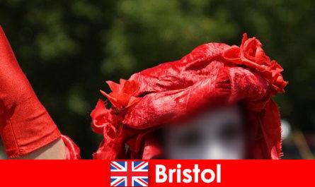 I viaggiatori con zaino e sacco a pelo si guadagnano da vivere come artisti di strada a Bristol