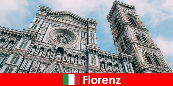 Firenze con molte città d'arte storiche attira visitatori da tutto il mondo