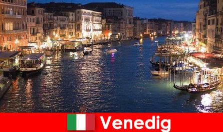 Venezia una città con gondole e numerosi tesori d'arte