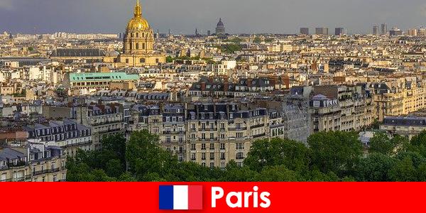 I turisti amano il centro della città di Parigi con le sue mostre e gallerie d'arte