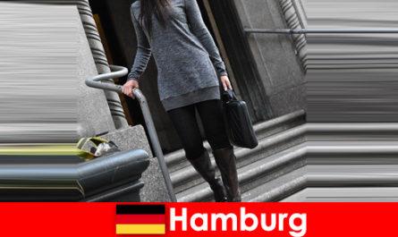 Le signore eleganti ad Amburgo viziano i viaggiatori con un servizio di scorta esclusivo e discreto