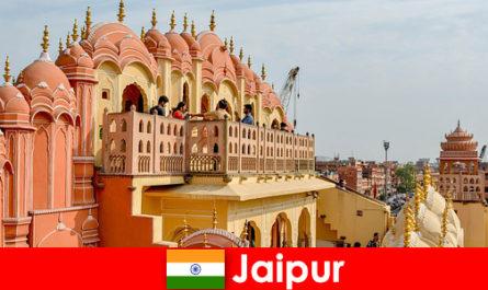 Palazzi impressionanti e l'ultima moda possono essere trovati dai turisti a Jaipur in India