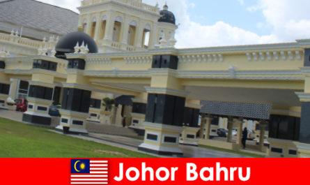 Johor Bahru, la città al por-to non attira solo i credenti nella vecchia moschea, ma anche i turisti