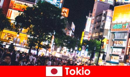 Tokyo per i vacanzieri nella tremolante città delle luci al neon la vita notturna perfetta