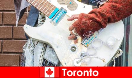 Gli sconosciuti amano Toronto per la sua apertura mentale alla scena musicale di tutte le culture