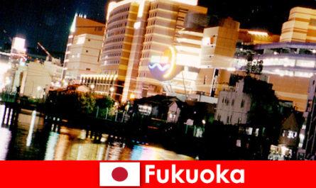 Le numerose discoteche, locali notturni o ristoranti di Fukuoka sono un ottimo punto di incontro per i vacanzieri