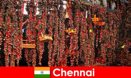 Suoni e danze indigene nel tempio attendono gli stranieri a Chennai, India