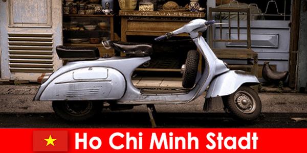 Ho Chi Minh City Vietnam offre ai vacanzieri tour in motorino per le strade animate