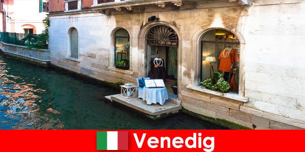 Pura esperienza di viaggio per i turisti dello shopping nel centro storico di Venezia in Italia