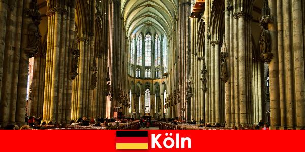 Pellegrinaggio per stranieri ai tre santi re nella cattedrale di Colonia