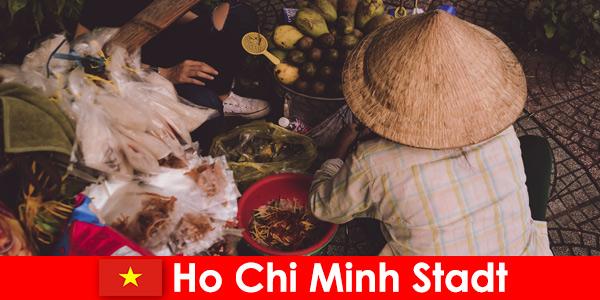 Gli stranieri provano la varietà di bancarelle di cibo a Ho Chi Minh City Vietnam