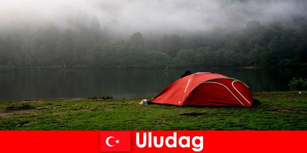 Vacanza in campeggio con la famiglia nelle foreste di Uludag Turchia