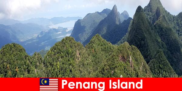 I vacanzieri esplorano i grandi spazi aperti con la funicolare nell'isola di Penang in Malesia