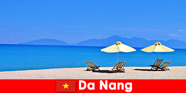 I turisti del pacchetto si rilassano sulle spiagge azzurre di Da Nang Vietnam
