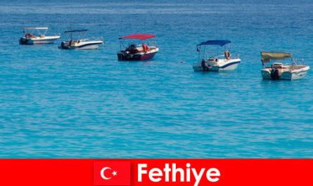 Il viaggio blu della Turchia e le spiagge bianche attendono con ansia i turisti a Fethiye per il relax