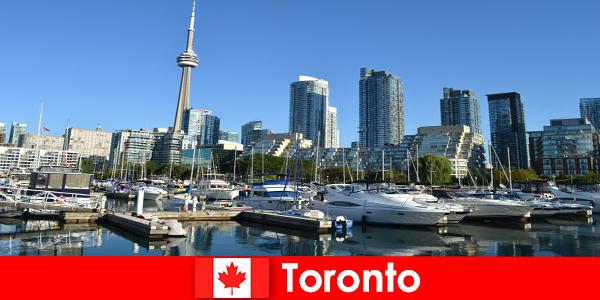 Toronto in Canada è una moderna metropoli sul mare molto popolare tra i turisti della città