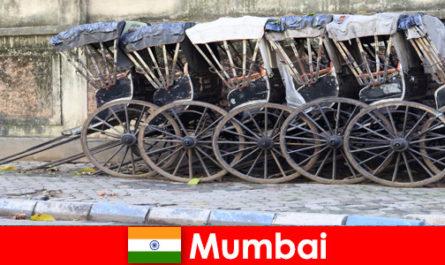 Mumbai in India offre giri in risciò attraverso strade affollate per gli appassionati di viaggi