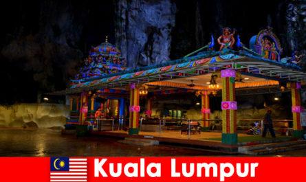 Kuala Lumpur in Malesia offre ai viaggiatori approfondimenti sulle antiche grotte calcaree