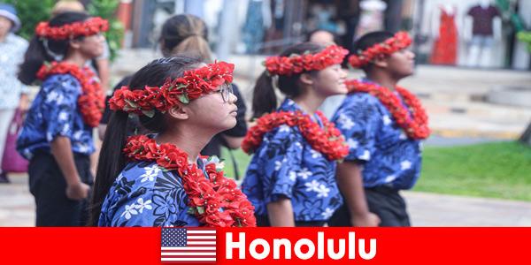Gli ospiti stranieri amano gli scambi culturali con i residenti locali a Honolulu negli Stati Uniti