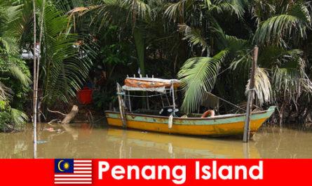 Viaggio a lunga distanza per gli escursionisti attraverso la giungla dell'isola di Penang in Malesia