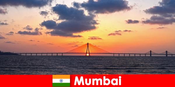 I viaggiatori asiatici sono entusiasti della modernità e della tradizione a Mumbai India