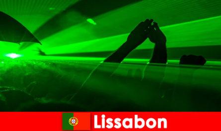 Famose serate in discoteca sulla spiaggia per giovani turisti in festa a Lisbona Portogallo