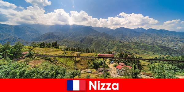 In treno attraverso i paesi e le montagne dell'entroterra di Nizza Francia
