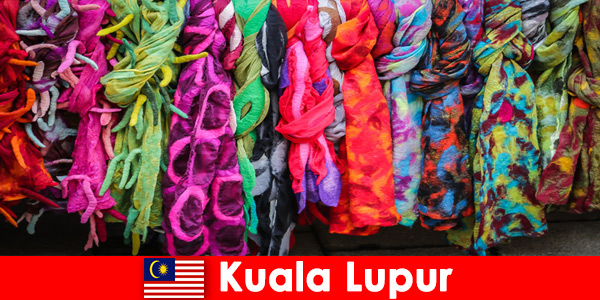 I turisti culturali a Kuala Lumpur in Malesia sperimentano l'eccellente artigianato