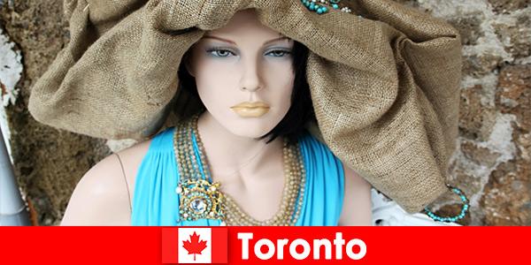 I visitatori possono trovare tutti i tipi di negozi stravaganti nel centro cosmopolita di Toronto Canada