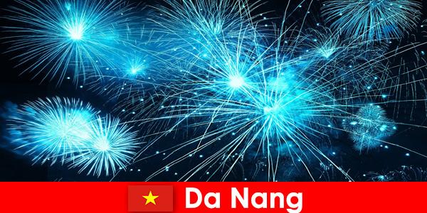 I turisti di Da Nang Vietnam sperimentano spettacoli di fuoco mozzafiato a cena