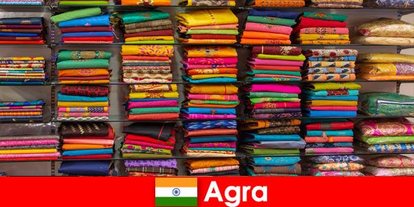 Gruppi turistici dall'estero acquistano tessuti di seta economici ad Agra India