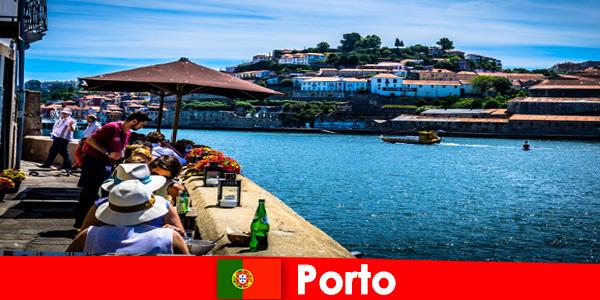 Destinazione per brevi vacanzieri ai grandi ristoranti di pesce al porto di Porto Portogallo