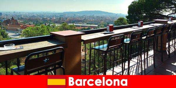 Puro stile da grande città per i visitatori di Barcellona, in Spagna, con bar, ristoranti e la scena artistica