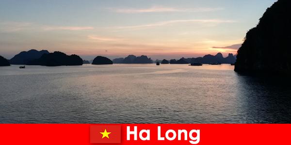Vacanza perfetta ad Ha Long in Vietnam per turisti stranieri stressati
